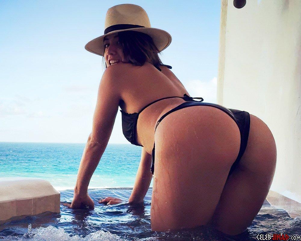 Chloe Bennet ass